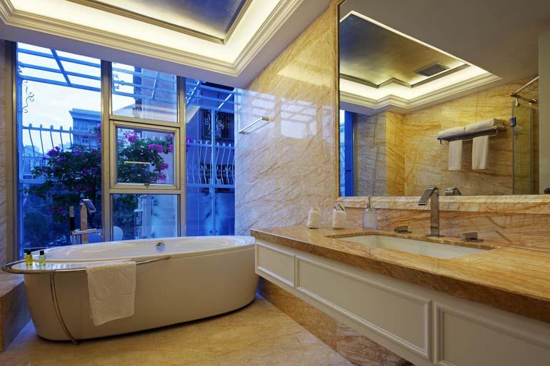 欧式公寓装修设计遵从的是欧洲丰富的艺术底蕴,创新的设计理念,意在追求浪漫优雅的生活品质。  客厅  欧式风格摒弃了传统的鲜亮色彩,选择淡雅素净的色调来渲染客厅气氛,营造出温馨典雅的效果,给人一种清新自然感。  客厅的大部分处在挑空结构之下,大面积的玻璃窗带来了良好的采光,落地的窗帘很是气派。